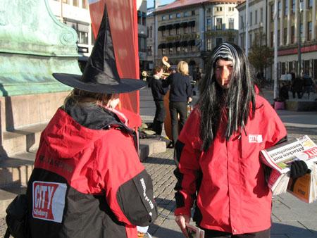 City Göteborg får nya kläder: Röd jacka med svart dekor – och så svart struthatt förstås