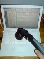 Vårstädning: Här städas datorn med dammsugare