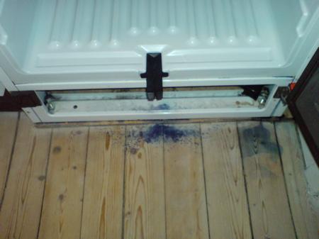 Frysen har startat spontan avfrostning och lämnat blåbärsspår på golvet.