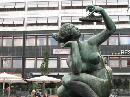 Statyn på Järntorget - och så en sko förstås