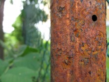 Rostig staketstolpe