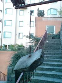 Söders svävande sten hittar du i trapporna upp från Slussen