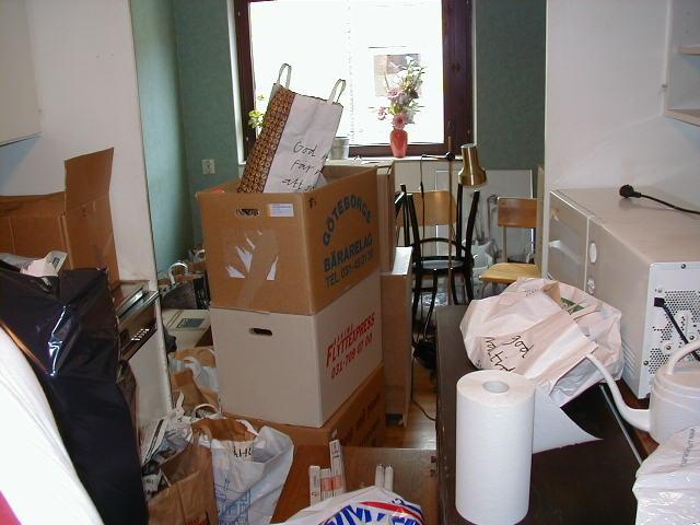 Möbler, kartonger och lösa pryttlar, huller om buller