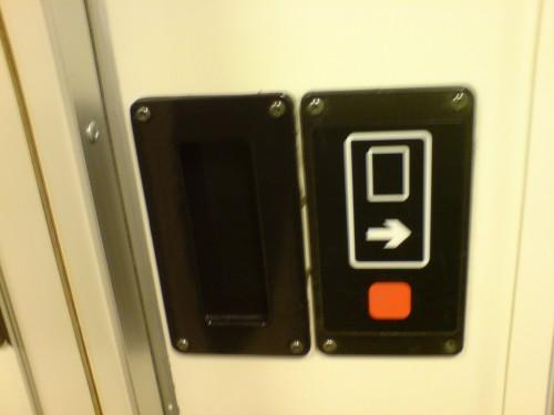 Tryck på den röda fyrkanten för att öppna dörren