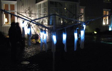Lights in Alingsås - här hänger strumpor på tork i oktobermörkret