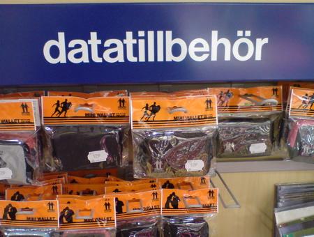 Datatillbehör på skylten och plånböcker i hyllan - Hur går det ihop?