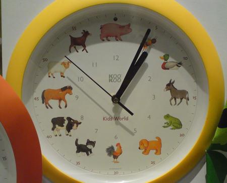 Klockan tolv äter vi gris till lunch. Sen blir det hundmiddag vid fem.