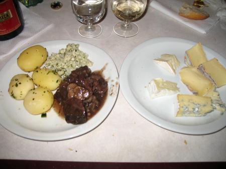 En tallrik kött och potatis, och en tallrik ost
