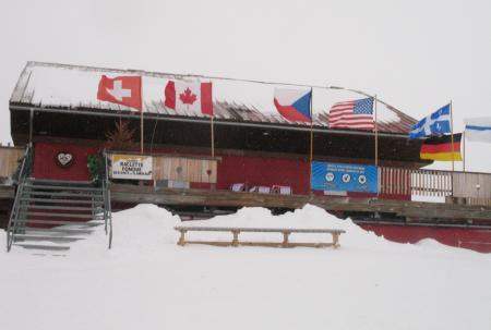 snön yr, vinden viner och flaggorna står som strutar i vinden