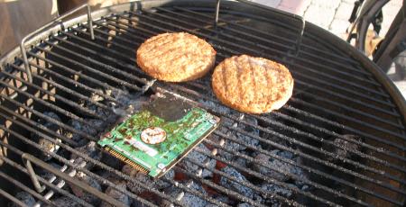Hårddisk på grillen, i sällskap med två vegetariska burgare