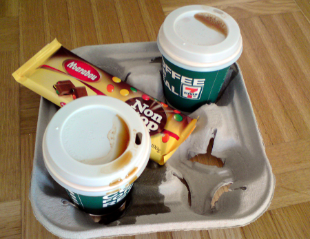 Kaffet skvimpar åt alla håll, trots lock och bricka