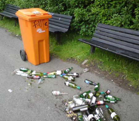 Spår från gårdagens aktiviteter: Högar av tomflaskor