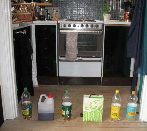 En barriär av saft-, läsk- och vindunkar hindrar passage in till köket