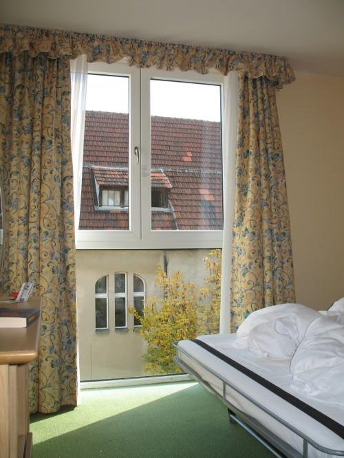 Fönstret i sovrummet går ända ned till golvet